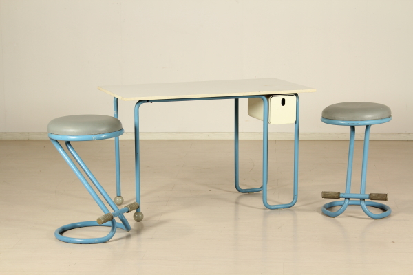 Scrivania e sgabelli anni tavoli modernariato