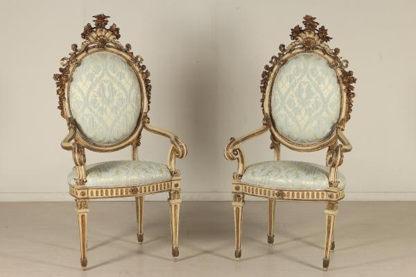 Coppia di poltrone intagliate e laccate sedie poltrone for Poltrone e sedie