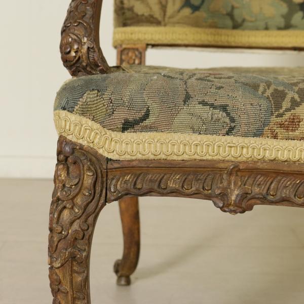 Divano intagliato sedie poltrone divani antiquariato for Divano particolare