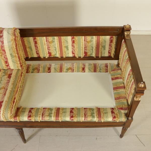 Divano in stile impero sedie poltrone divani for Divano particolare