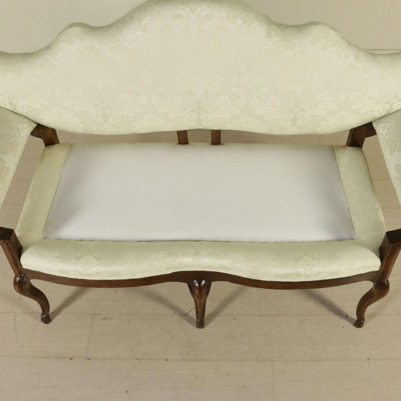 Divano a orecchioni sedie poltrone divani antiquariato for Divano particolare