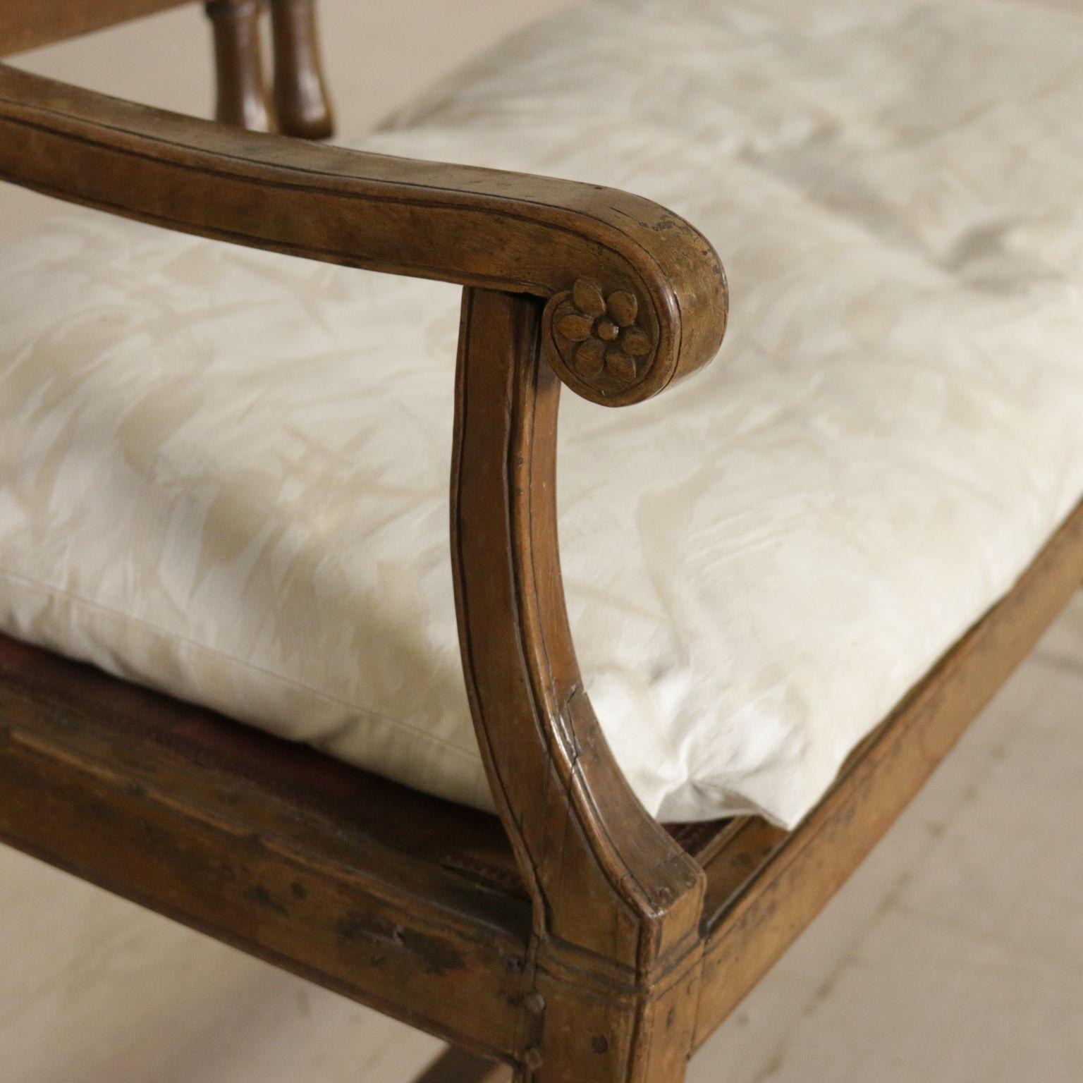 Divano direttorio sedie poltrone divani antiquariato for Divano particolare