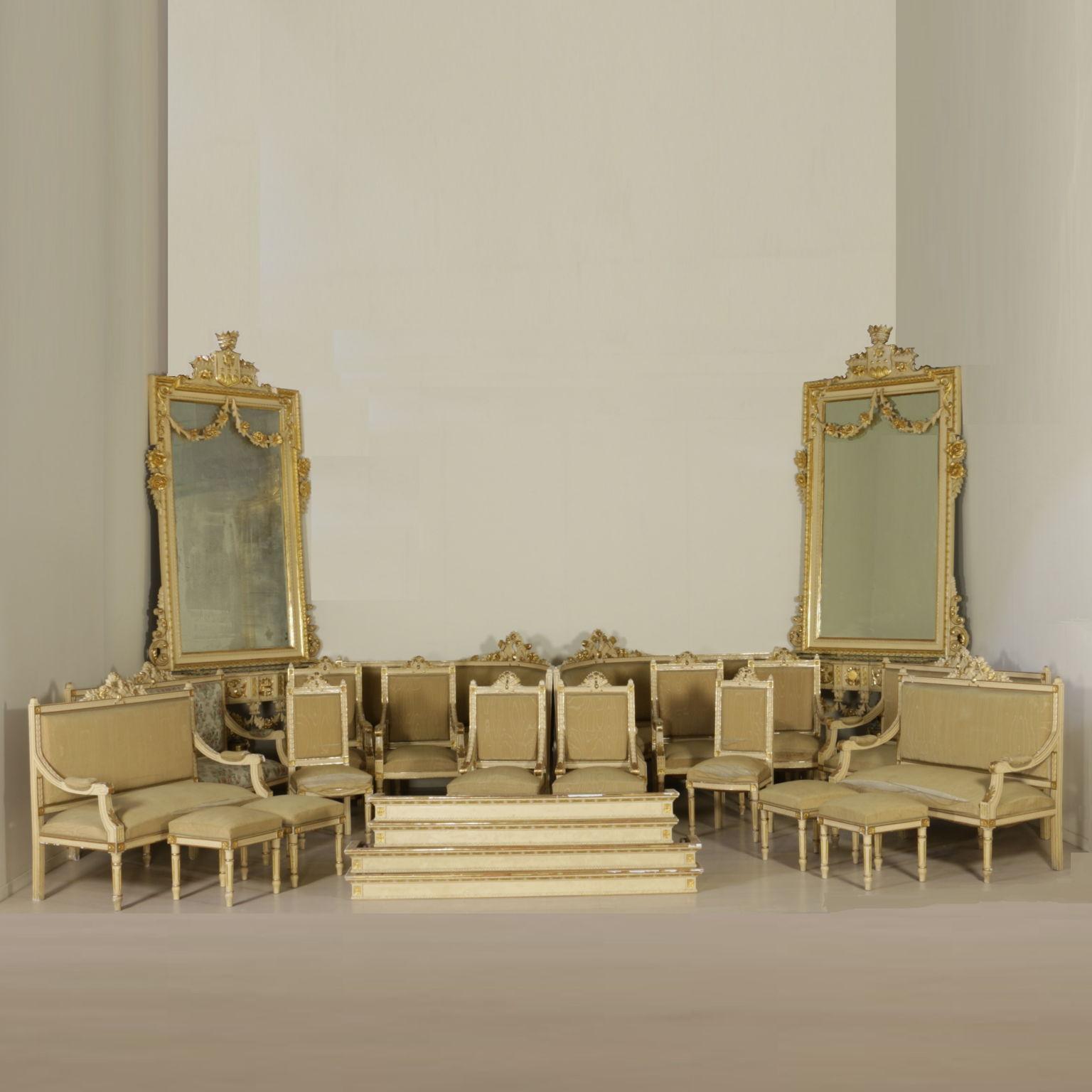 Divano in stile sedie poltrone divani antiquariato for Divani in stile
