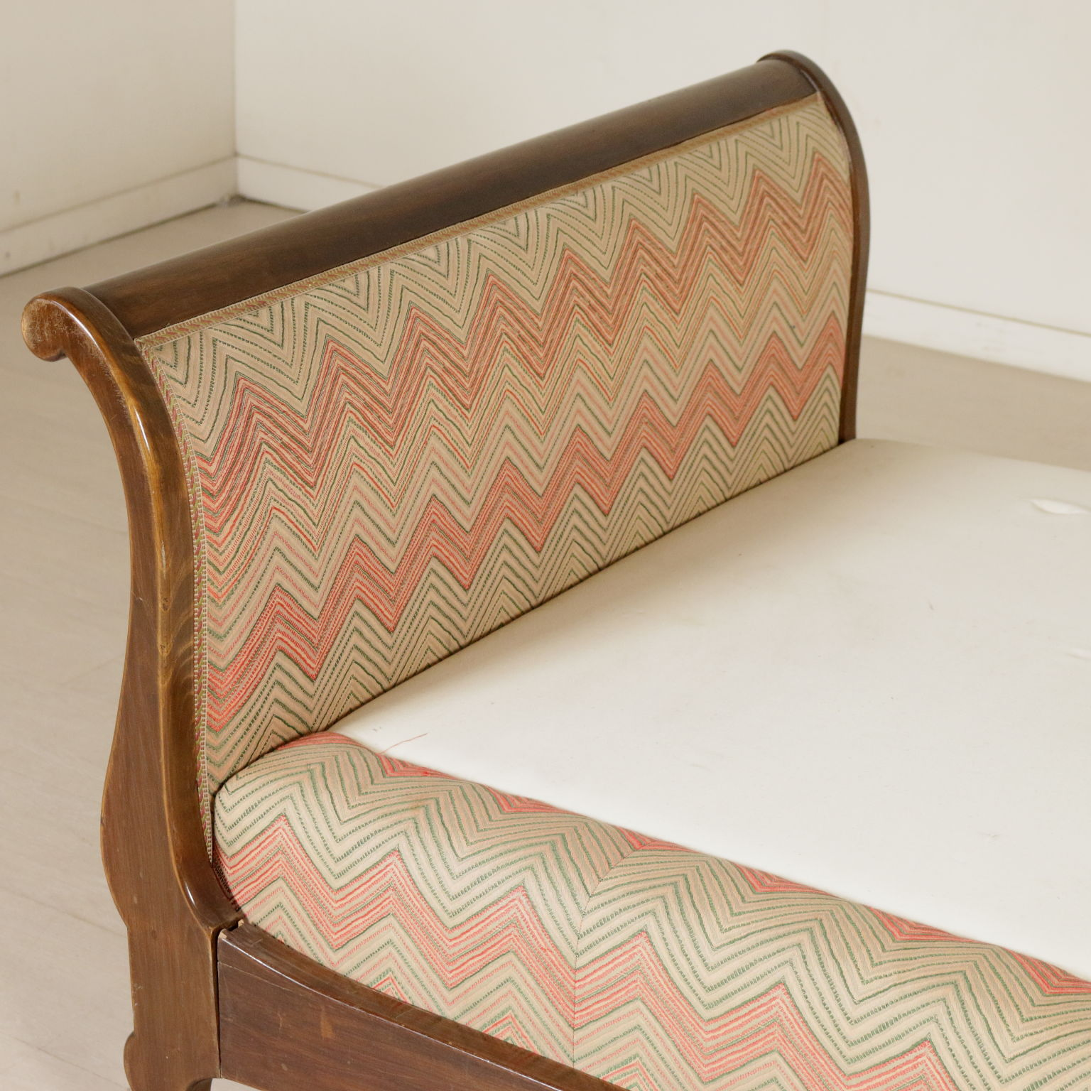 Divano letto a barca sedie poltrone divani for Divano particolare