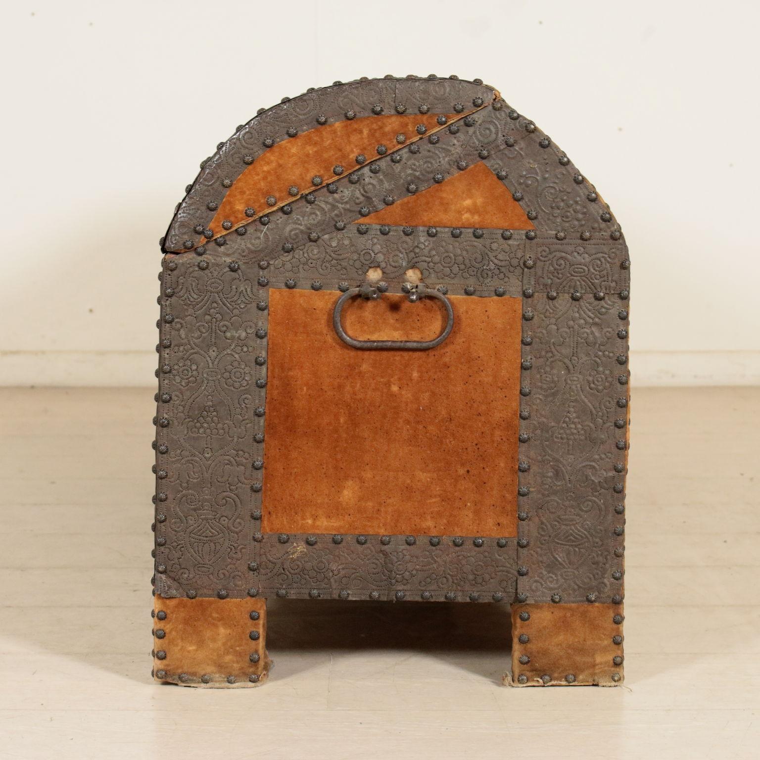 Baule rivestito in lamierino altri mobili antiquariato for Antiquariato mobili