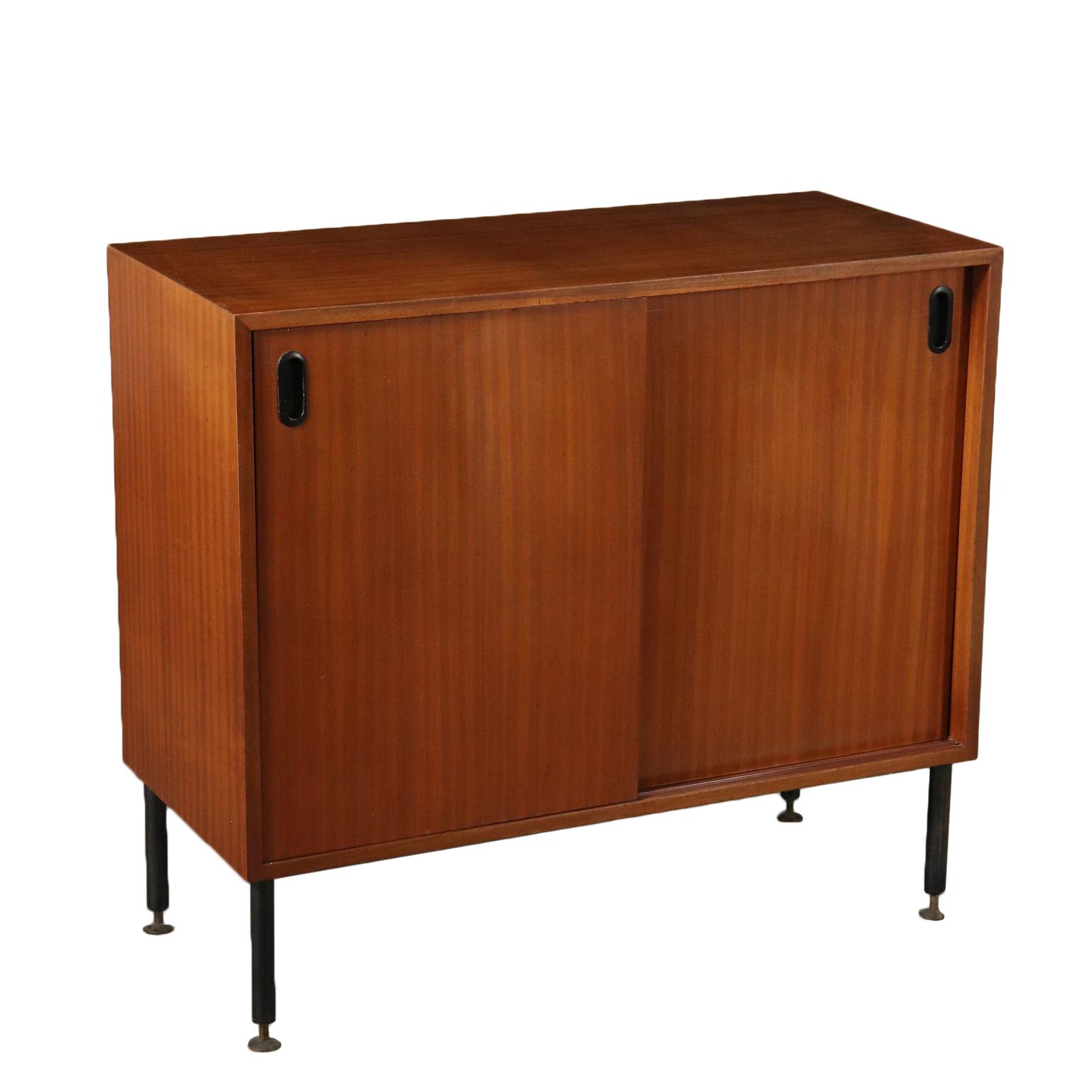 meuble avec portes coulissantes placage d'acajou italie années 60